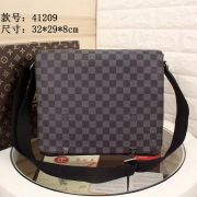 Louis Vuitton AAA+ Men's Messenger Bags #846656